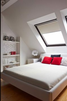 Weiß Gestaltetes Schlafzimmer Auf Dem Dachboden   Ein Paar Farbtupfer Rote  Dekokissen   Eyecatcher