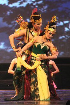 Wayang Orang - Abimanyu dan Dewi Utari sedang menari menggambarkan perasaan saling jatuh cinta. Indian Wedding Photography Poses, Cultural Dance, Indonesian Art, Javanese, Dance Poses, Dance Art, Couple Art, Thing 1, World Cultures