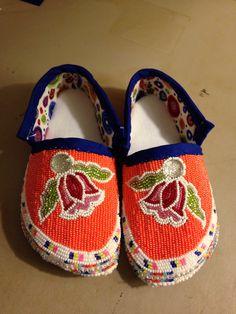Girls Moccasins Jingle Dress, Beaded Moccasins, Bead Sewing, Nativity Crafts, Native Beadwork, Beading Ideas, Dress Designs, Loom Beading, Dance Outfits