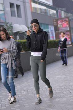 就是喜欢背影的样子-魔镜原创摄影-魔镜街拍_魔镜原创_原创街拍_高清街拍_街拍美女_搭讪美女_紧身美女_遇到最好的街拍摄影作品! Gym Pants, Yoga Pants, Tight Leggings, Beautiful Asian Girls, Tights, Sporty, Spandex, Sexy, Style