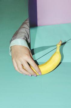 Hand, banana. Photo.