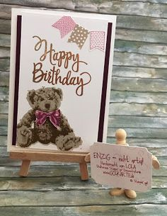 """Teddy Birthday  Der neue Katalog ist super und er enthält ein paar Stempel in die ich mich sofort verliebt habe ohne eine Idee wie sie eigentlich nachher auf den Karten aussehen würden. Aber ich bin nicht enttäuscht worden: der Teddy wird in 3 Lagen gestempelt und bekommt dadurch eine ganz besondere Tiefe. Dann noch der neue große Happy-Birthday-Stempel drauf und embossed und - dann habe ich gemerkt dass die obere Ecke etwas """"nackig"""" war. Zum Glück hatte ich noch ein paar Fähnchenstanzen…"""