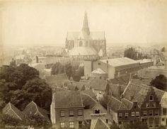 Haarlem panorama ca. 1892. De Bavo of Grote kerk,  het dak van het Concertgebouw (rechtsvoor de kerk), foto genomen vanaf de Bakenesserkerk. Geschenk van de Vrienden van Spaarnestad Photo.