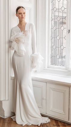 Inspired by the glamour and intrigue of a masked ball, Francesca Miranda's Spring 2020 bridal collection features details that are high on Wedding Dress Trends, Wedding Dress Styles, Dream Wedding Dresses, Bridal Dresses, Girls Dresses, Formal Dresses, Francesca Miranda, Minimalist Gown, Bride Dress Simple
