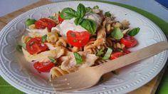 Csirkés tésztasaláta diétás tésztából, krémsajtos öntettel. Vércukorszint kímélő, laktató diétás ebéd fogyni vágyóknak, cukorbetegeknek, IR diétázóknak! Pasta Salad, Meal Prep, Food And Drink, Meals, Chicken, Cooking, Ethnic Recipes, Diets, Crab Pasta Salad