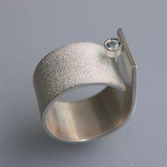 Ring handgefertigt in Sterling Silber mit blauer Topas Q