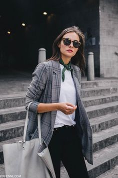dress up a basic white tee with a blazer and a neck scarf - Work Outfits Women Mode Outfits, Winter Outfits, Casual Outfits, Fashion Outfits, Dress Fashion, Look Blazer, Plaid Blazer, Casual Blazer, Blazer Dress