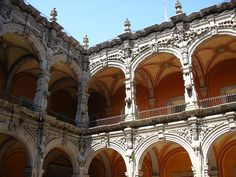 English: Museum of Art, Querétaro (''Ex monastery of San Agustin'') — view of courtyard, balconies, and architectural sculptures from Spanish Colonial era.