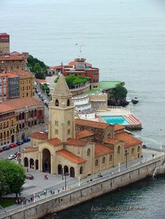 GIJÓNIglesia de San Pedro,detras el club nautico