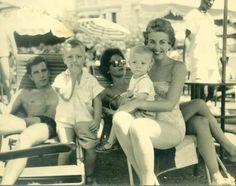 Pai , Mãe , tia Peggy, primos, Luis e Pedro.  Hotel Polana, Maputo, Moçambique,  anos 50