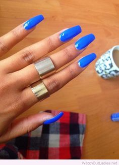 Bright blue manicure with gold rings
