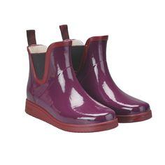 Fikenrøde glossy gummistøvler . Lav modell. Med sin klassiske design og… Fig, Rubber Rain Boots, Chelsea Boots, Runway, Classic, Shoes, Design, Fashion, Scale Model