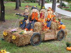 Scarecrows on the loose. Fall Yard Decor, Outside Fall Decorations, Harvest Decorations, Thanksgiving Decorations, Halloween Decorations, Autumn Display, Fall Projects, Fall Diy, Fall Pumpkins
