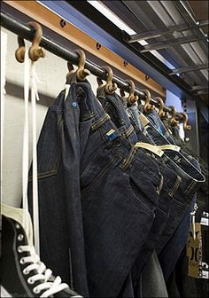 Industrail Chain Jaw Bite in Jean Display- could also maybe use shower rings??