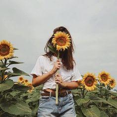 girl, sunflower, and aesthetic kép Photo Portrait, Sunflower Fields, Yellow Sunflower, Mellow Yellow, Flower Power, Portrait Photography, Hipster Photography, Rain Photography, Friend Photography