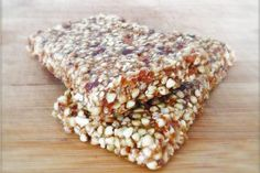 These raw vegan banana bread energy bars taste like heaven and really boost your energy levels! Desserts Crus, Raw Desserts, Raw Breakfast, Breakfast Recipes, Raw Food Recipes, Cooking Recipes, Healthy Recipes, Vegan Snacks, Healthy Snacks