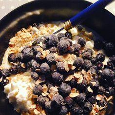 Proteiinipitoisten aamupalojen viikko #proteiini #aamupala #kreikkalainenjogurtti #raejuusto #mustikat #kaura | © Satuhetki