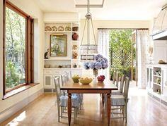 Découvrez qu'est-ce que la cuisine cottage de style anglais et quels sont les ingrédients nécessaires pour réussir une telle décoration dans votre maison !