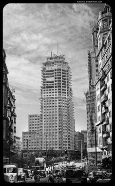"""Madrid 1957 - Torre de Madrid - D. José María Otamendi de la """"Compañía Metropolitana"""" fue el mecenas que construyó la Famosa Torre de Madrid. Culminando vistas al final de la Gran Vía. En 1957, a media construcción, compartía obra con la primera gran rehabilitación integral de su hermano, el Edificio España (obra de más de 50 años). Una remodelación que pondrá en el mercado 319 nuevas viviendas de lujo."""