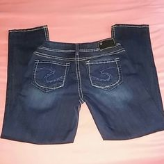 SILVER JEANS SUKI CAPI SIZE 26 NEW SILVER JEANS BRAND NEW WITHOUT TAGS SIZE 26 FACTORY ASH FADE AND DISTRESSED EDGES FIVE POCKETS ZIP FLY BELT LOOPS BUTTON CLOSURE ANYMORE QUESTIONS PLEASE ASK Silver Jeans Jeans Ankle & Cropped