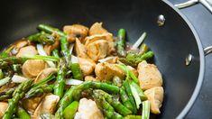 Deze roerbak maaltijd is makkelijk te maken en klaar in een handomdraai. Alles wordt namelijk gebakken in één koekenpan. Het gerecht bestaat uit kipfilet, groene asperges, champignons, olijfolie, boter en allerlei heerlijke kruiden.