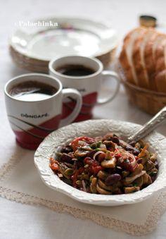 Posna salata sa pečenim paprikama :)  http://www.najboljamamanasvetu.com/wp-content/uploads/2013/11/16-recepata-za-slavska-predjela-i-sitne-kolace4.pdf