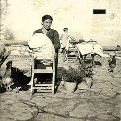 Molise anni '60. Carmela fatica 'ncoppa a ru pallon' pi fa ru pizzeglie. La produzione del tombolo e dei merletti è tipica nelle campagne isernine