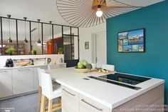 A cozinha gourmet dessa casa na França chama à atenção pelas cores fortes e pela linda luminária! Pra ver mais fotos clica aqui: http://www.ideiaseambientes.com.br/#!Casas-Pelo-Mundo-França/cu6k/57c4de0b7f91096d51a56ad1