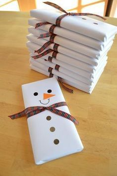 Christmas DIY: Snowman wrapped choc Snowman wrapped chocolate bars Ideas for the neighbors Christmas Projects, Holiday Crafts, Christmas Holidays, Christmas Ornaments, Christmas Music, Family Christmas, Christmas Tree, Hygge Christmas, Christmas 2017