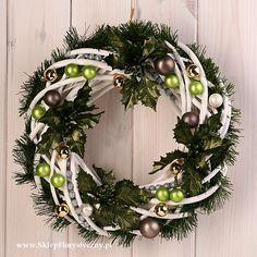 Wianek bożonarodzeniowy z białej wikliny na ścianę 2 Christmas Wreaths, Christmas Crafts, Christmas Decorations, Xmas, Holiday Decor, Grapevine Wreath, Grape Vines, Projects To Try, Halloween