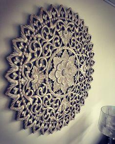 Prachtige Houten Mandala's - uit een stuk gesneden. Carved Wood Wall Art, Wooden Art, Lovers Art, Carving, Wall Decor, Ceiling Lights, Flooring, House Styles, New Delhi