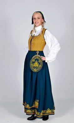 Romeriksbunad - Ny, sydd til dine mål Norwegian Clothing, Frozen Costume, Medieval Dress, Folk Costume, Nordic Style, Ethnic Fashion, Looking Gorgeous, Traditional Dresses, High Waisted Skirt