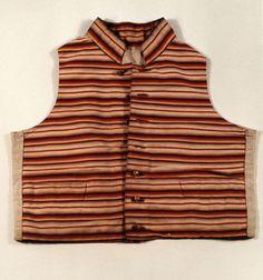 Weste, um 1800 - 1810, Leinen, Wolle, Seide, Die quergestreifte Herrenweste ist aus handgewebtem Stoff mit grobem Leinenfutter. Vorn eine Knopfleiste mit durchbrochenen, vergoldeten Metallknöpfen.