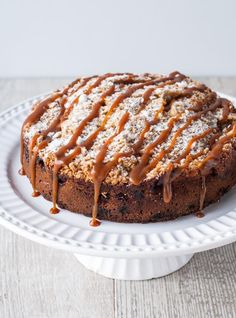 Part cake, part crumble, this delicious apple crumble cake is the ultimate comfort dessert for the fall season. Parfait Desserts, Köstliche Desserts, Coffee Recipes, Apple Recipes, Cake Recipes, Dessert Recipes, Desserts Printemps, Apple Crumble Cake, Apple Cake