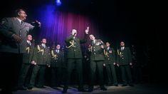 Banda da polícia cantando Daft Punk na Rússia
