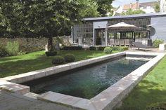 Charme et authenticité pour ce modèle de 10 x 2,50 m (coffrage en polypropylène et béton armé) installé dans un jardin citadin. Avec liner noir, escalier d'angle maçonné et margelle surélevée en pierre naturelle. Prix sur devis, Desjoyaux.