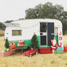 Exclusive Photo of Have A Merry Little Vintage Christmas For Camper. RVs have limited space, acquiring a guest can be near impossible. This vintage rv is a good idea for your camper! The vintage camper is simply darling. Vintage Motorhome, Vintage Rv, Vintage Caravans, Vintage Books, Vintage Style, Rv Travel Trailers, Vintage Travel Trailers, Camper Trailers, Retro Trailers