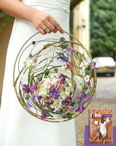 Diese Hortensienblütenkugel wird als Brautschmuck im kreisförmigen Geflecht aus Ranken und biegsamen Zweigen getragen. Mehr dazu gibt's in unserem aktuellen Wedding-Bookazine.