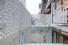 Casa com fachada decorada com cobogós se destaca na paisagem urbana - limaonagua