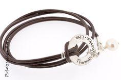 Ein Leder Wickelarmband aus echtem Leder in Wunschfarbe mit Wunschnamen. Der Anhänger und alle Metallelemente sind aus 925 Sterling Silber.     Das...