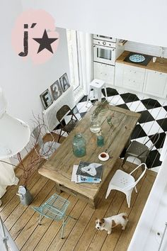 Kitchen and dining area in white and wood and a floor with painted checked pattern in black and white via For Interieur