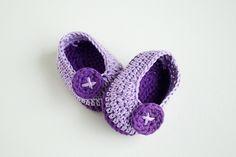VIOLET BUTTERFLY – FREE Crochet Baby Booties | Croby Patterns╭⊰✿Teresa Restegui http://www.pinterest.com/teretegui/✿⊱╮