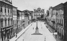 O Cruzeiro de São Francisco em foto de um cartão postal por volta dos anos 50. A foto foi tirada da Igreja de São Francisco e vê-se a Catedral Basílica, ao fundo.