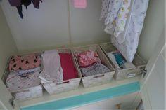 De kledingkast op de babykamer van onze baby! Ik show je de inhoud van haar garderobe kast, de favoriete kledingstukken en handige budgettips en DIY tips! #Budget # Mamablog #babyuitzet # zwanger
