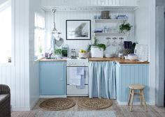 This relaxing sea side cottage kitchen: nice decor for a small kitchen Home Kitchens, Cottage Kitchens, Cozy Kitchen, Kitchen Design, Small Space Kitchen, Kitchen Decor, Beach Theme Kitchen, Country Kitchen, House Interior