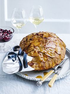 Sweet and succulent, this pear and quince glazed ham will become your new Christmas favourite. Ham Recipes, Dessert Recipes, Cooking Recipes, Savoury Recipes, Christmas Ham, Christmas Recipes, Christmas Dinners, Christmas Christmas, Pear Quince