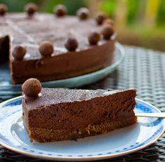 Uma receita para os verdadeiros apreciadores de chocolate negro e com uma camada generosa de cacau a terminar a cobertura