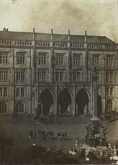 východní křídlo Staroměstské radnice v roce 1870, v popředí Mariánský sloup