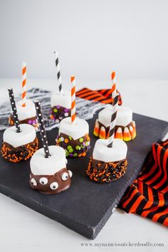 Halloween Treats: Marshmallow Pops These Halloween treats are not only delicious but they are fun to make! Let your kids create whatever Halloween cuteness they want and then eat them! Halloween Desserts, Plat Halloween, Postres Halloween, Hallowen Food, Halloween Treats For Kids, Halloween Party Snacks, Halloween Tags, Halloween Goodies, Halloween Cupcakes