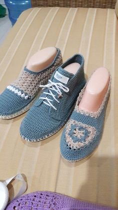 Artesãs Se Aperfeiçoam Cada Vez Mais E F - Diy Crafts - maallure Crochet Sandals, Crochet Boots, Crochet Slippers, Crochet Scarves, Knit Crochet, Crochet Baby Shoes, Crochet Clothes, Shoe Pattern, Baby Boots